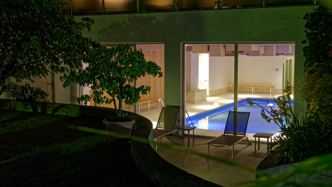 indoorpool-aussen-night.jpg